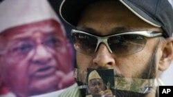 图为一名资深社会活动人士8月17日在街头抗议时的情景