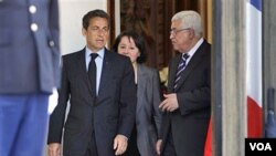 Presiden Perancis Nicolas Sarkozy (kiri) saat menerima Presiden Mahmoud Abbas di Paris (21/4). Perancis akan mengakui kemerdekaan Palestina, bila perundingan damai macet sampai September tahun ini.