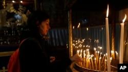 Shamra shamra za sikukuu ya Krismas katika Kanisa la Nativity, lililojengwa katika eneo linalosadikiwa kuwa Yesu Kristo alizaliwa, wakati wa kilele cha Krismas, huko Bethlehem, 2017.
