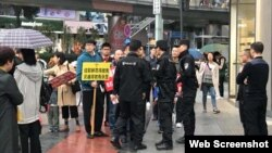 中國成都秋雨聖約教會教友戶外宣教遭警察干預 (秋雨聖約教會臉書圖片)