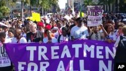په جنوبي افریقا کې د ایچ ايي وي ایډز په موضوع د یوې نړیوالې غونډې وړاندې کارکونکي ددې مرض وهلې د هر تن دپاره د علاج غوښتنه کوی