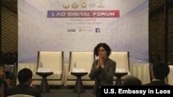 ເອກອັກຄະລັດຖະທູດ ສະຫະລັດ ປະຈຳ ນະຄອນວຽງຈັນ ທ່ານນາງ ຣີນາ ບິດເຕີ ພະນົມມືທັກທາຍ ບັນດາແຂກຜູ້ມີກຽດ ໃນກອງປະຊຸມ Lao Digital Forum ທີ່ຈັດຂຶ້ນ ໃນວັນທີ 26 ມັງກອນ 2018 ທີ່ນະຄອນວຽງຈັນ.