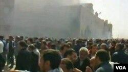 Para demonstran oposisi melakukan protes di kota kedua Libya, Benghazi hari Minggu (20/2).