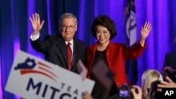 El líder de la minoría del Senado, Mitch McConnell junto a su esposa, la ex secretaria de Trabajo, Elaine Chao celebran la victoria.