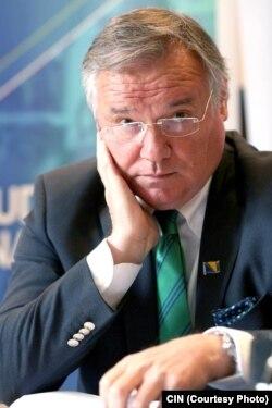 Kemal Kozarić je na Ekonomski fakultet u Sarajevu došao na poziv tadašnjeg dekana Veljka Trivuna. Kozarić je danas dekan ovog fakulteta.