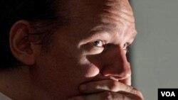 Julian Assange disebutkan memberi nomor telepon dan alamat sewaktu tiba di Inggris Oktober lalu.