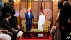 美國國務卿克里(左)訪問斯里蘭卡期間與總統西里塞納會面。