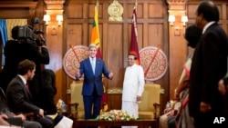 Menteri Luar Negeri AS John Kerry (tengah, kiri) berfoto bersama Presiden Sri Lanka Maithripala Sirisena sebelum pertemuan di Sekretariat Presiden (2/5) di Kolombo. (AP/Andrew Harnik)