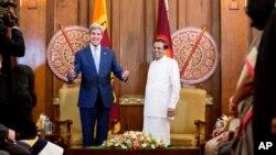 Ngoại trưởng Hoa Kỳ John Kerry (trái) dự cuộc hội đàm với Tổng thống Sri Lanka Maithripala Sirisena tại dinh tổng thống ở Colombo, Sri Lanka, 2/5/15