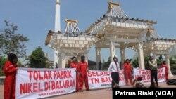 Aktivis ProFauna Indonesia Chapter Surabaya melakukan aksi unjuk rasa di depan kantor Gubernur Jawa Timur, di halaman Tugu Pahlawan, Surabaya, 23 Oktober 2014 (Foto: VOA/Petrus).
