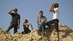 مخالفان معمر قذافی پس از جنگ با نیروهای طرفدار معمر قذافی در کوه های غربی کشور .( ۱۴ ژوئیه)