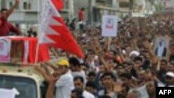 Bahreynli Şii göstericiler, Şubat ayından bu yana demokratik reform talepleriyle sokaklara döküldü. Ülkeyi yöneten Sünni el Halife hanedanı, ayaklanmayı komşu Sünni ülkelerden getirttiği askerlerle bastırdı