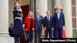 ລັດຖະມົນຕີ ຕ່າງປະເທດ ສະຫະລັດ ທ່ານ John Kerry ຢືນຖ່າຍຮູບຮ່ວມກັບ ປະທານາທິບໍດີຝຣັ່ງ ທ່ານ Francois Hollande, ລັດຖະມົນຕີ ຕ່າງປະເທດ ຝຣັ່ງ ທ່ານ Laurent Fabius,ແລະ ເອກອັກຄະລັດທະທູດ ສະຫະລັດ ປະຈຳນະ ຄອນຫລວງ ປາຣີ ທ່ານນາງ Jane Hartley.