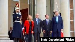 Ngoại trưởng Mỹ John Kerry, Tổng thống Pháp Hollande, Ngoại trưởng Pháp Laurent Fabius, và Đại sứ Mỹ tại Pháp, bà Jane Hartley phía trước Điện Elysees, ngày 17 tháng 11, 2015.