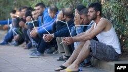 Cảnh sát biên giới Israel bắt những người nhập cư bất hợp pháp trong 1 cuộc đột kích vào 1 nghĩa trang ở Petah Tikva, 30/11/2013