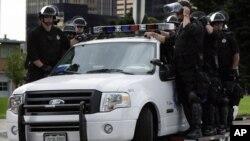 Los diseños no serían materializados actualmente dado que no se cuenta con la capacidad tecnológica. En esta foto, una patrulla de Denver en el perimetro de Pepsi Center, lugar de la Convención Nacional Demócrata de 2008.
