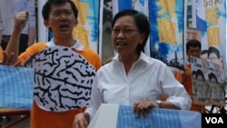 競選連任的工黨香港島地區直選候選人何秀蘭拉票活動強調反洗腦國民教育的立場