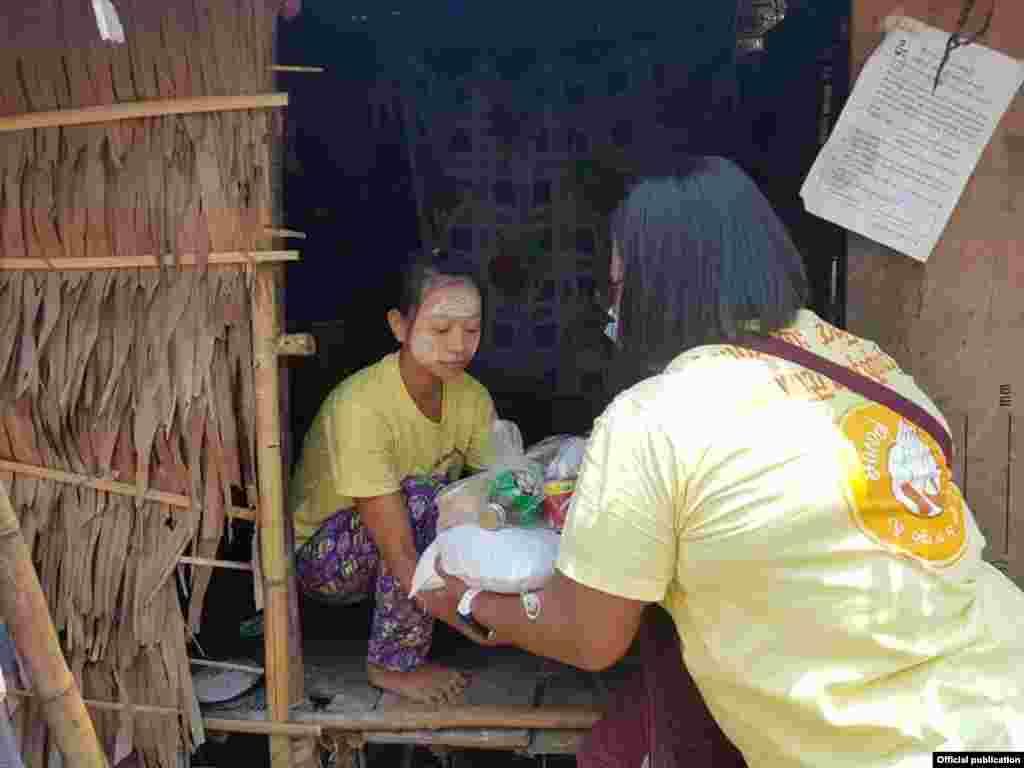 COVID-19 ေၾကာင့္ အကူအညီလုိသူေတြကုိ လူမႈေရးအဖဲြ႔ေတြ လိုက္လံ ကူညီေနပံု (သတင္းဓာတ္ပံု - Clean Yangon)
