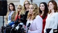 """L'actrice Louisette Geiss lors d'une conférence de presse du groupe de femmes """"Silence Breakers"""", qui ont dénoncé le comportement prédateur sexuel du producteur hollywoodien Harvey Weinstein, à l'hôtel de ville de Los Angeles, le 25 février 2020. (AP Photo/Chris Pizzello)"""