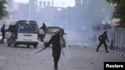 La police anti-émeute pourchasse des manifestants à Kasserine, Tunisie, 20 janvier 2016.