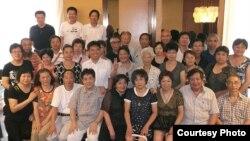 冯正虎(前排左四)积极参与上海市民的维权活动 (冯正虎博客图片)