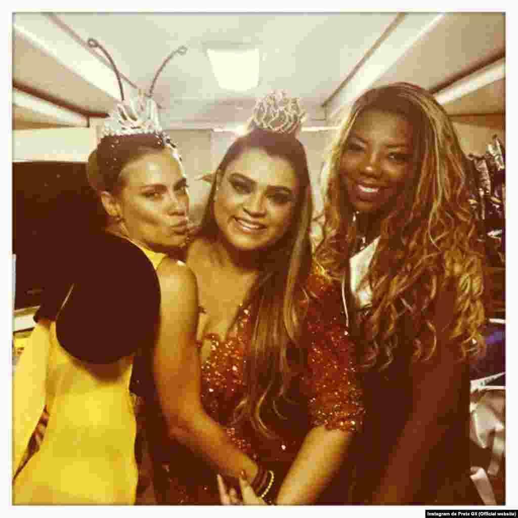 """As amigas Carolina Dieckman e Preta Gil, juntas da cantora Ludmilla, na tradicional festa do """"Bloco da Preta"""", no dia 8."""