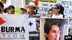 Những người Miến Ðiện biểu tình trước Ðại sứ quán Miến ở Manila phản đối luật bầu cử Miến Ðiện