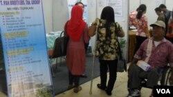 Kaum difabel mencari pekerjaan di Bursa Kerja Solo. (VOA/Yudha Satriawan)