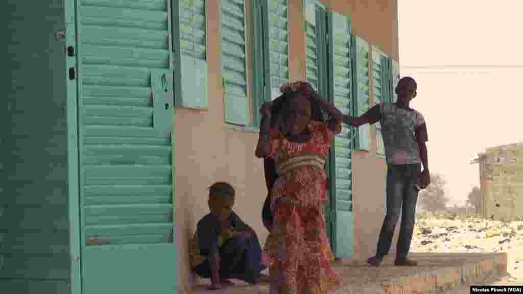 Des enfants devant l'école de Bosso dans la région de Diffa, Niger, le 19 avril 2017 (VOA/Nicolas Pinault)