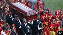 """El féretro con los restos de Roberto Gómez Bolaños es acompañado por niños disfrazados de los caracteres a los que dio vida en su programa """"El Chavo del 8""""."""