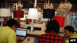 Nhân viên của website Taobao bán hàng trên mạng ở Bắc Kinh, Trung Quốc theo dõi thương vụ
