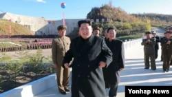 북한 김정은 국방위원회 제1위원장이 지난 3일 준공식이 열린 백두산영웅청년발전소를 시찰하고 있다. (자료사진)