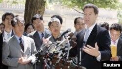 샘 브라운백 미 연방 상원의원(오른쪽)이 지난 2006년 5월 북한인권법에 따라 탈북자 6명이 처음으로 난민 자격으로 미국에 입국한 데 대해 기자들에게 설명하고 있다. 브라운백 의원은 2004년 미국 의회에서 북한인권법이 채택되도록 주도적인 노력을 기울였었다.