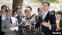 샘 브라운백 미 상원의원(오른쪽)이 지난 2006년 5월 북한인권법에 따라 탈북자 6명이 처음으로 난민 자격으로 미국에 입국한 사실을 기자들에게 설명하고 있다. 브라운백 의원은 2004년 미국 의회에서 북한인권법이 채택되도록 주도적인 노력을 기울였었다.