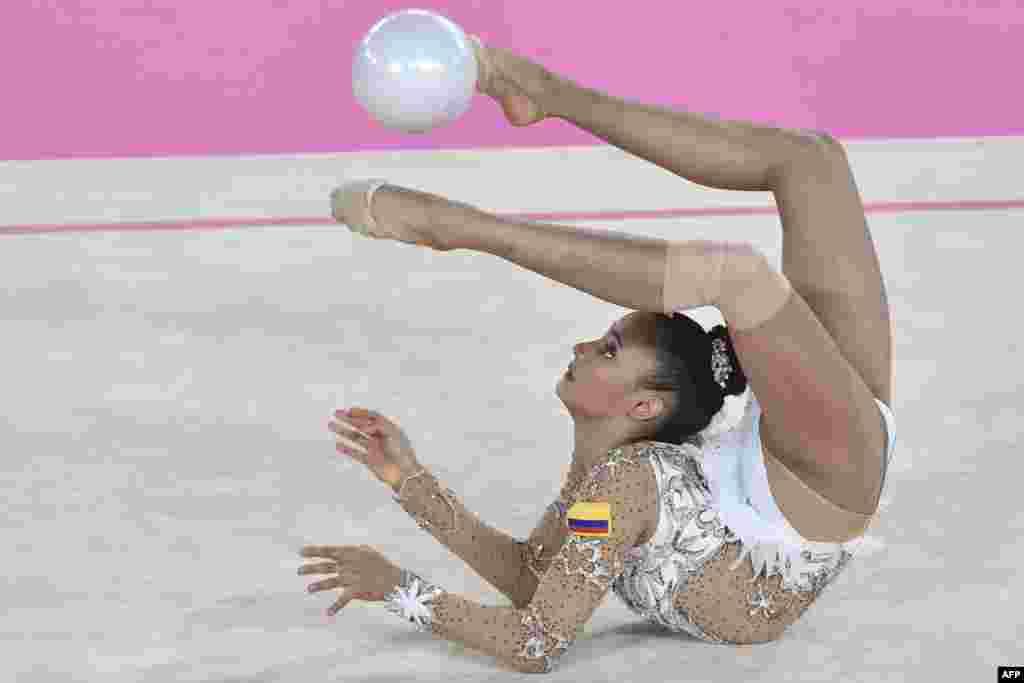 កីឡាការនីអត្តពលកម្មម្នាក់បង្ហាញសមត្ថភាពនៅវគ្គផ្តាច់ព្រ័ត្រនៃការប្រកួតផ្នែតអត្តពលកម្មអំឡុងពេលការប្រកួតកីឡា Pan-American Games ឆ្នាំ២០១៩ នៅក្រុងលីម៉ា ប្រទេសពេរូ កាលពីថ្ងៃទី០៤ ខែសីហា ឆ្នាំ២០១៩។