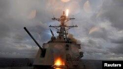 ناو آمریکایی «یو اس اس ماستین» در حال پرتاب یک موشک اسام-۲ در جریان رزمایشی در اقیانوس آرام - آرشیو