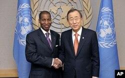 L'ambassadeur désigné à l'ONU par Alassane Ouattara, Youssouf Bamba, en compagnie du secrétaire général Ban Ki-moon au siège de l'ONU, à New York le 29 décembre 2010