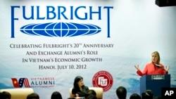 Hillary Rodham Clinton cuando era secretaria de Estado de los Estados Unidos, durante un evento para celebrar el aniversario 20 del programa Fulbright en en Hanoi, Vietnam.