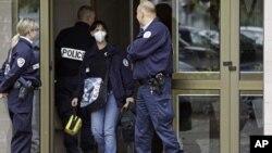 法国警察在斯特拉斯击毙嫌疑人的建筑物外站岗