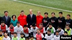 威廉王子(後排左四)與足球員合照