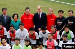 2015年3月3日英国威廉王子(后排中)在上海南洋中学足球训练营