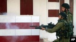 7月2日以色列军人在约旦河西岸的冲突中向巴勒斯坦人发射催泪瓦斯