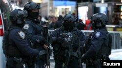 نیویارک پولیس کے انسداد دہشت گردی اسکواڈ کے اہل کار ٹائم اسکوائر میں ڈیوٹی کر رہے ہیں۔ فائل فوٹو۔