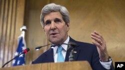 Le secrétaire d'État américain John Kerry s'est montré prudemment optimiste, qualifiant les négociations de cruciales (AP)