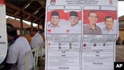 Hình ảnh các ứng cử viên tổng thống Indonesia tại một trạm bỏ phiếu ở Bali, ngày 9/7/2014.