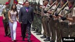 Hugo Chávez con su hija Rosines al momento de partir desde Caracas rumbo a la ceremonia de ingreso al Mercosur en Brasilia.