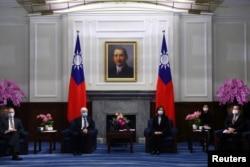 台湾总统蔡英文在台北会晤拜登政府上任后到访台湾的首个美国高层代表团。(2021年4月15日)