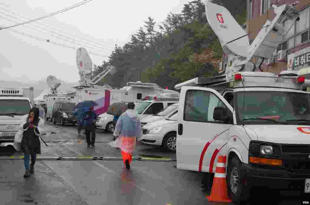 여객선 세월호 침몰 사고 수습 현장인 전라남도 진도군 팽목항에 언론사 위성 트럭들이 줄지어 서 있다.
