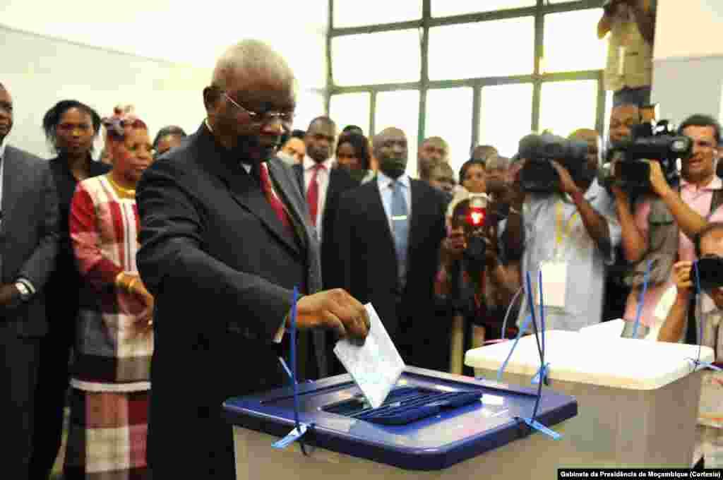 Presidente Armando Guebuza votando na Escola Secundária Josina Machel em Maputo