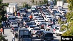 韩国管理人员和员工坐车等待过关进入开城。